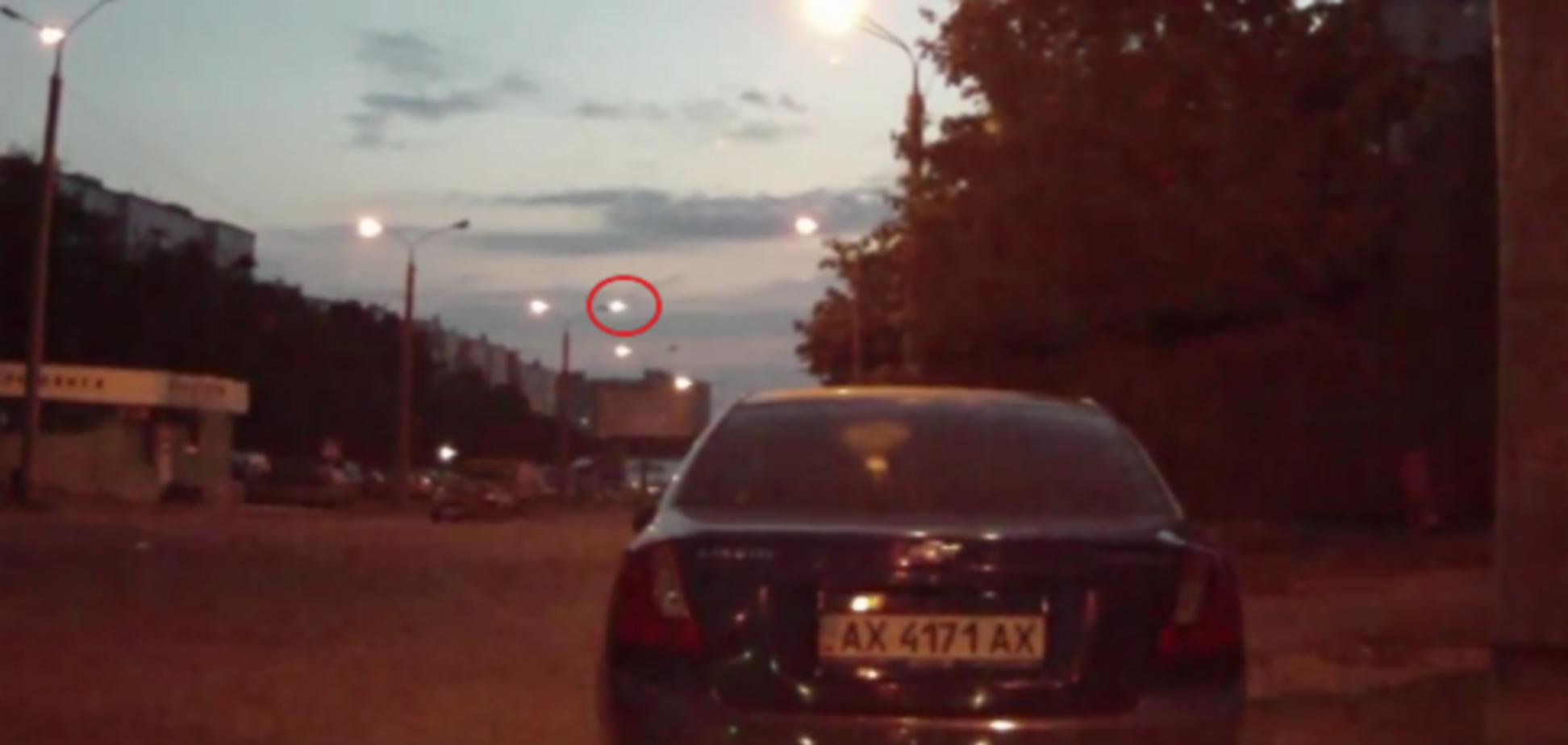 В Харькове в ночном небе засняли НЛО: видеофакт