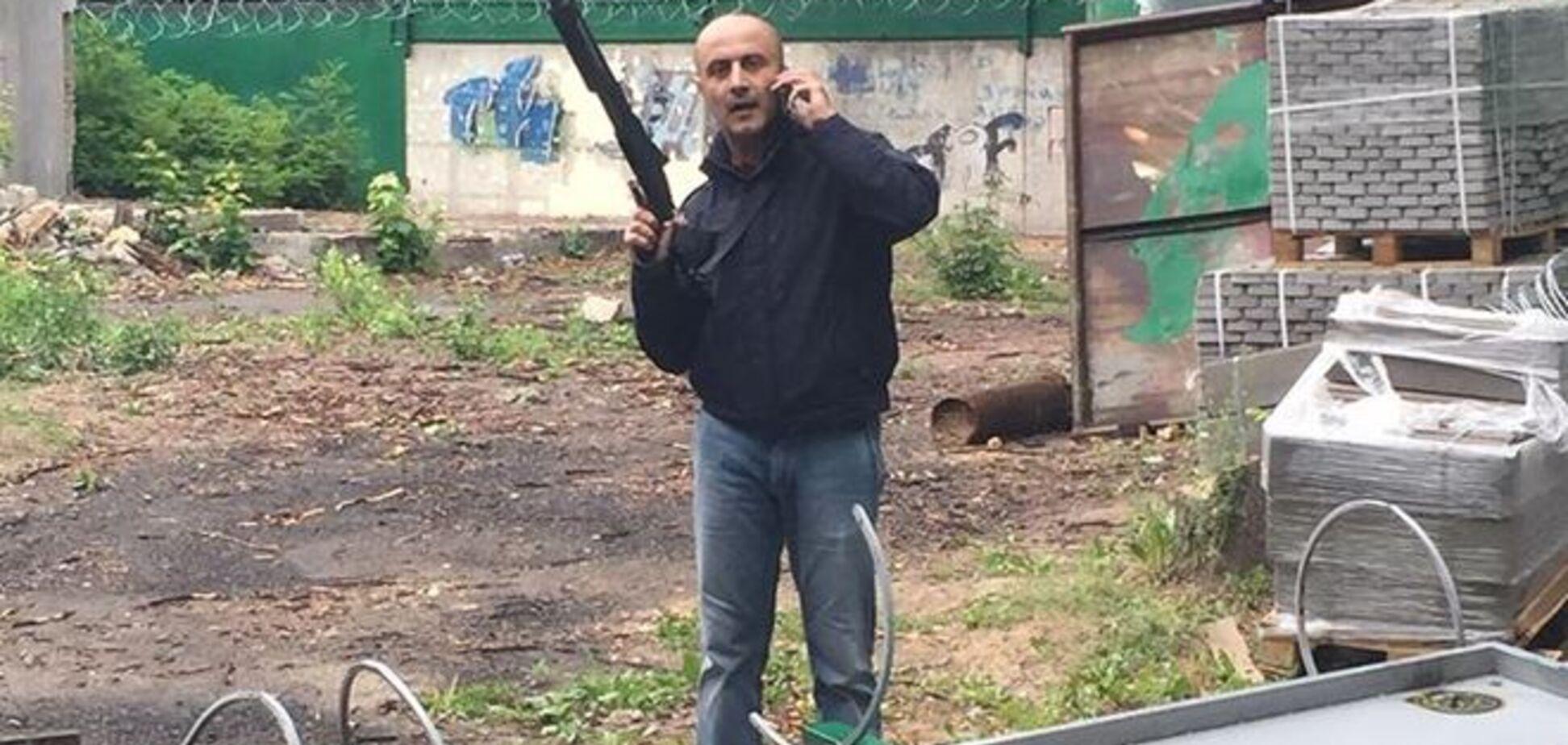 У Києві забудовник із рушницею в руках 'захищав' скандальний об'єкт: фотофакт