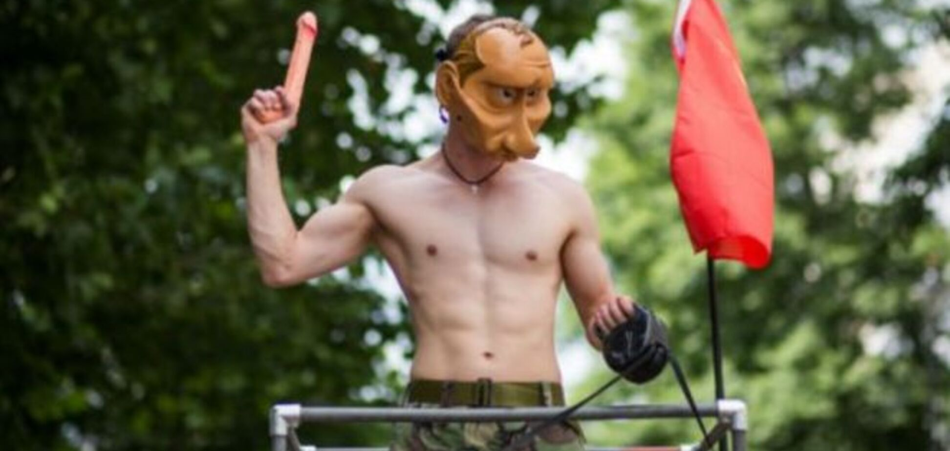 На гей-параде в Лондоне появился 'полуголый Путин' на танке: опубликованы фото