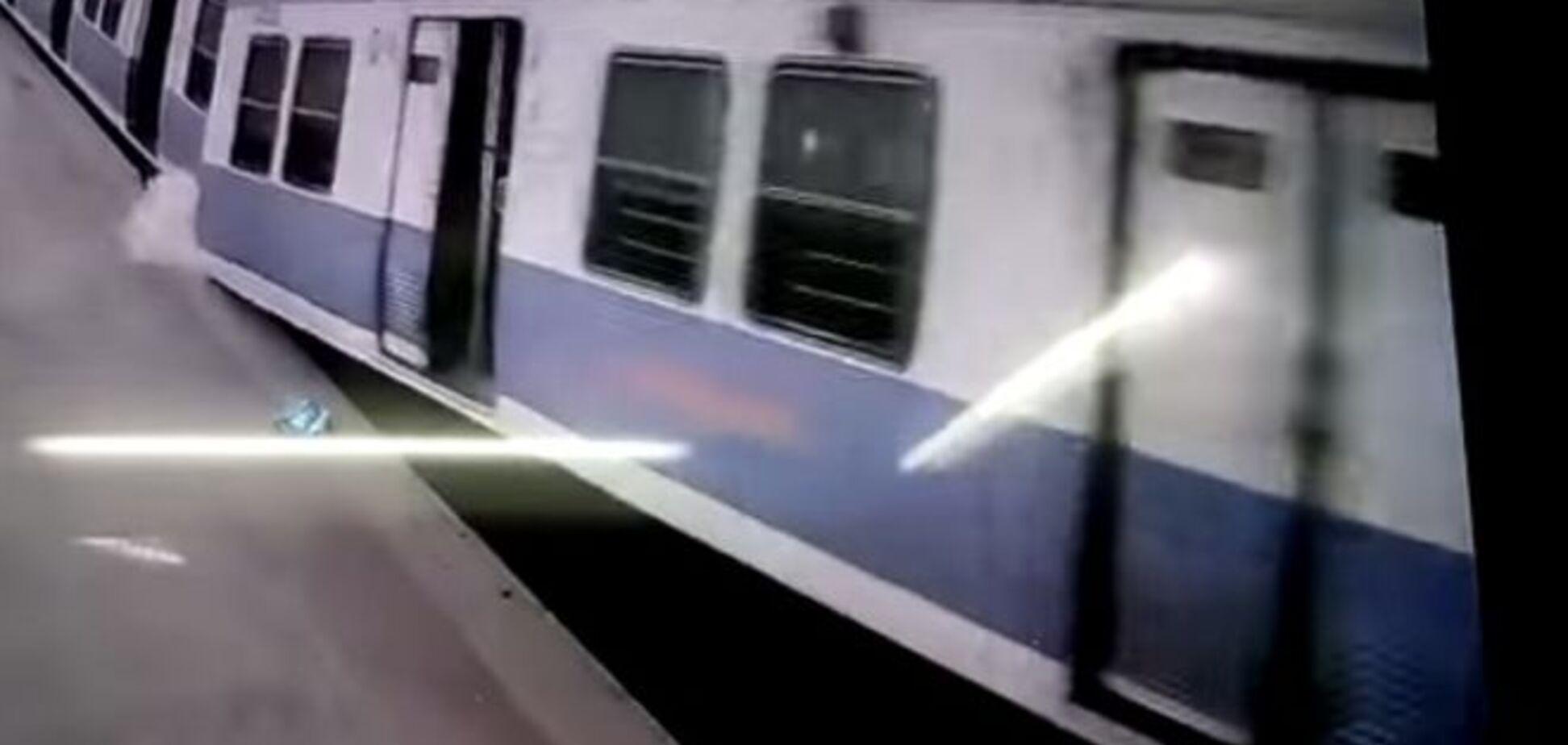 В Индии пассажирский поезд взлетел в воздух. Фото и видеофакт