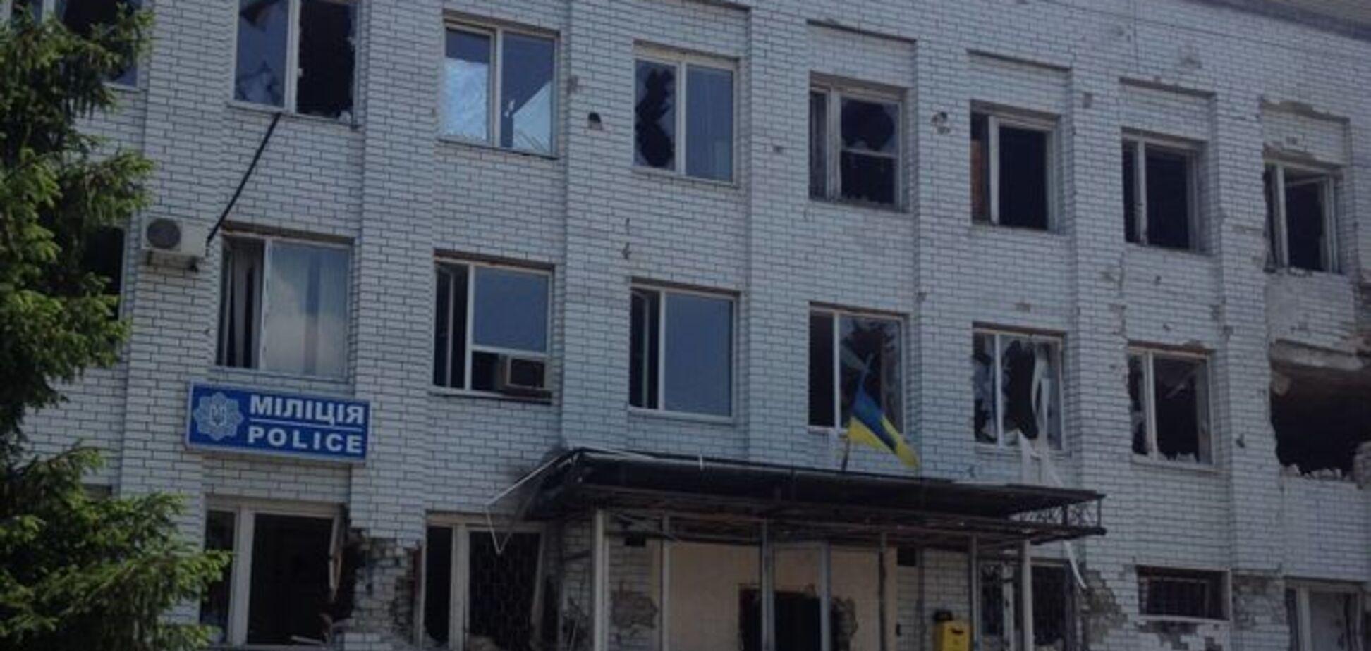В Марьинке зачистили от террористов горотдел милиции: фотофакт