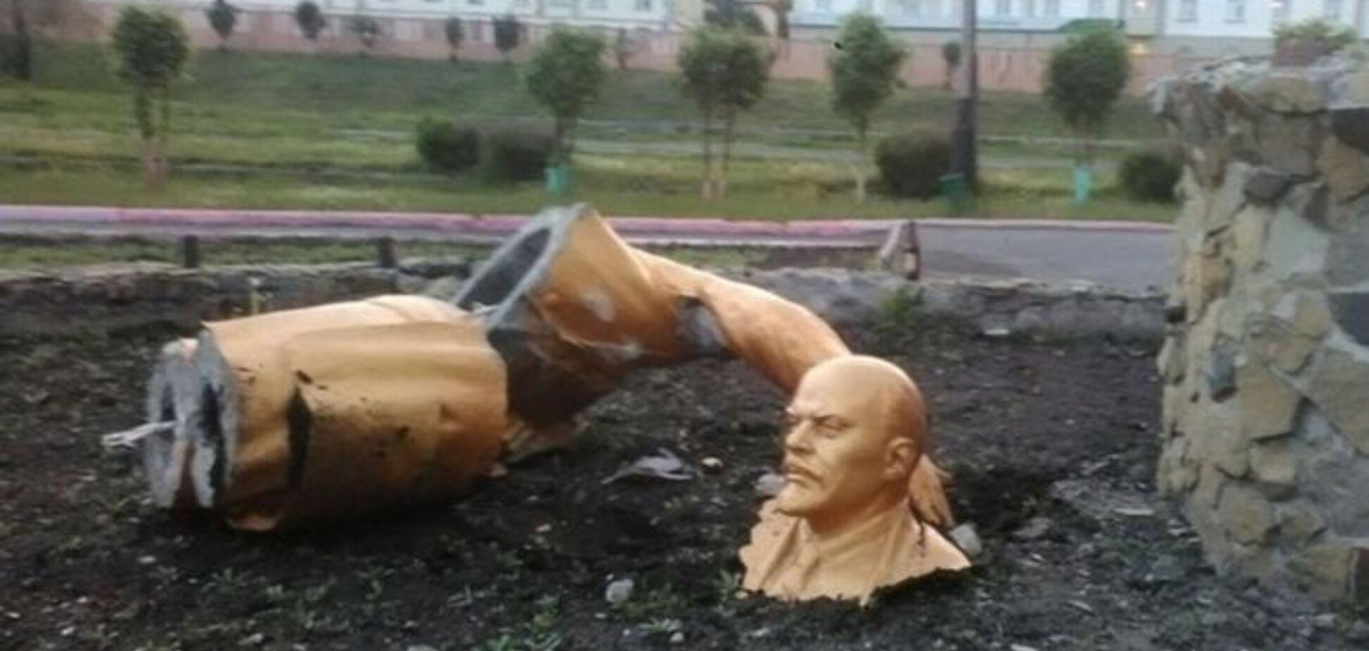В России пьяный мужчина сломал памятник Ленину, пытаясь сделать селфи