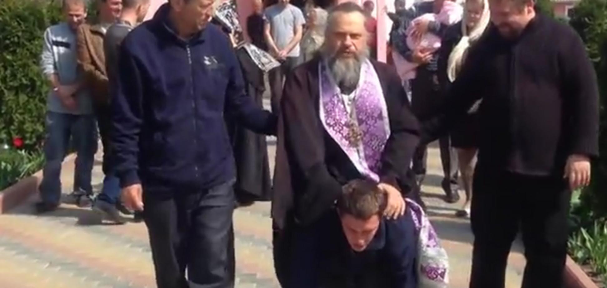 В Приднестровье священник оседлал 'одержимого' прихожанина: видеофакт