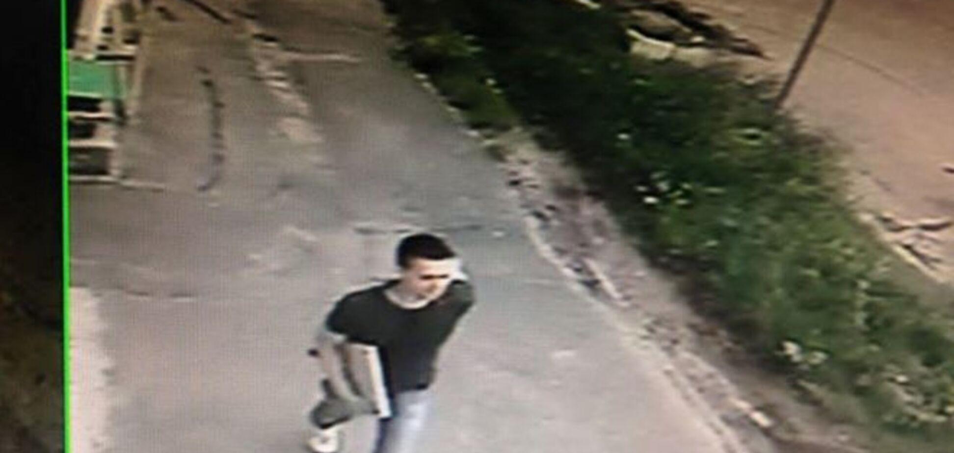 В Киеве вор украл из офиса ноутбук: его засекла камера видеонаблюдения