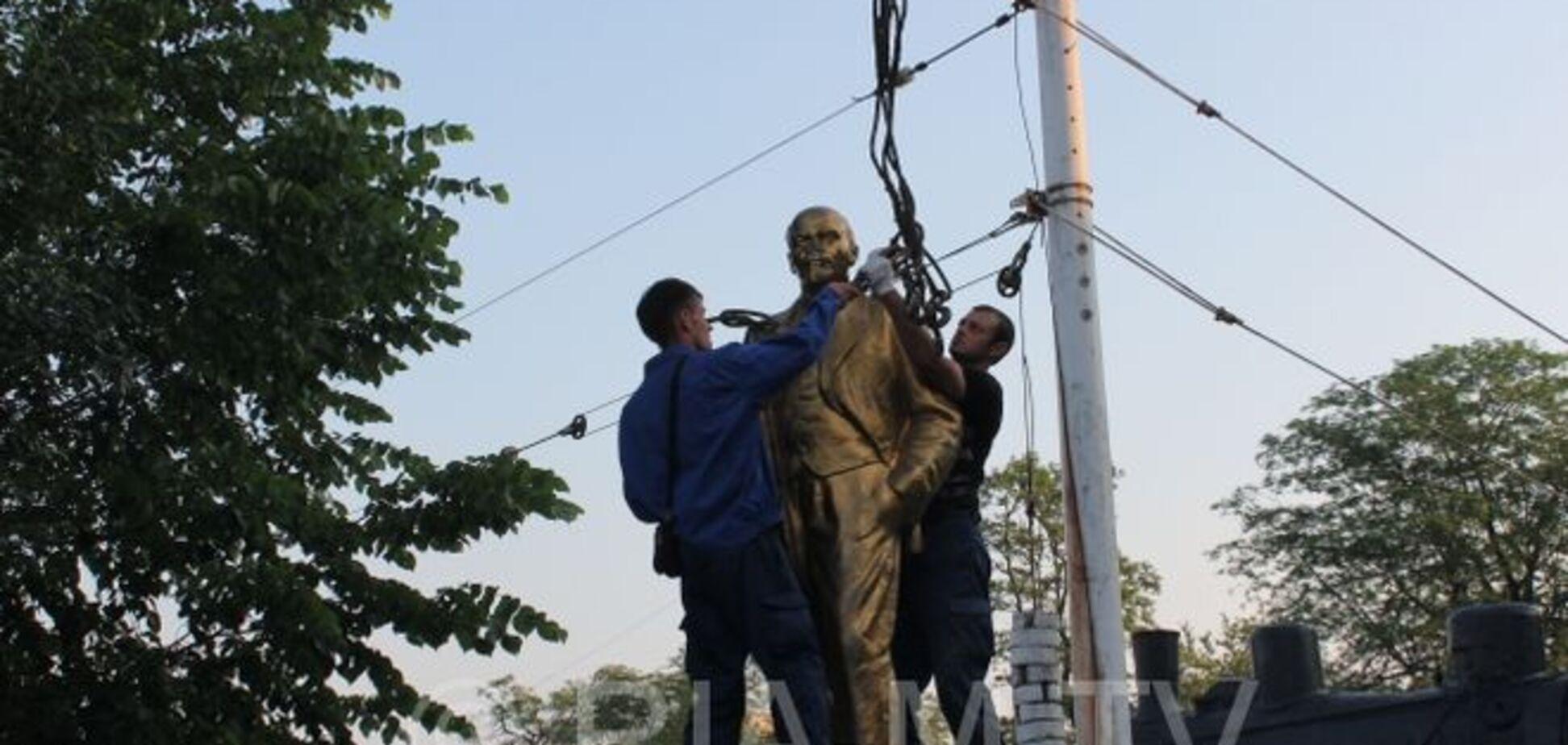 В Мелитополе за два часа убрали сразу три памятника Ленину: видеофакт
