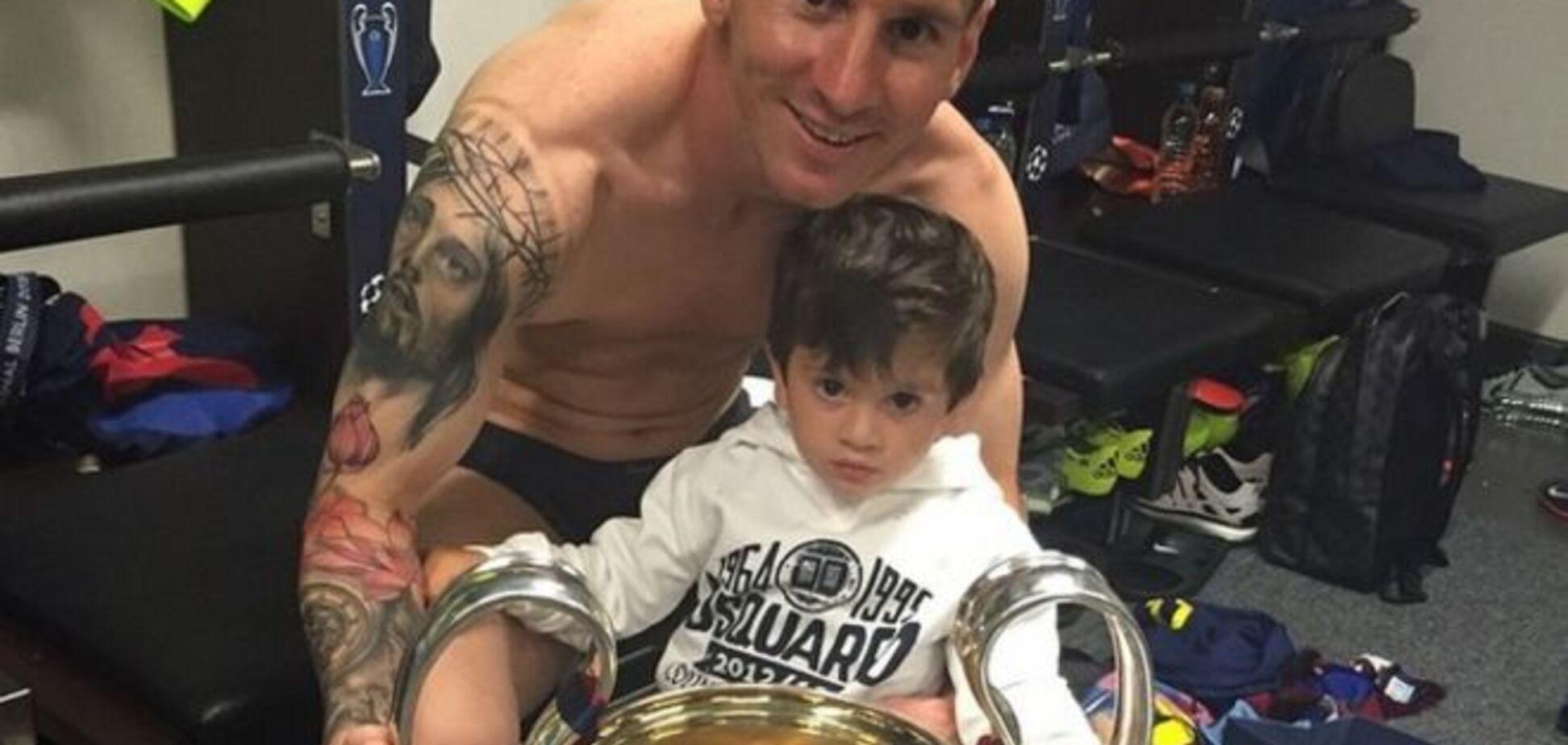 Месси отдал Кубок чемпионов сыну: фотофакт