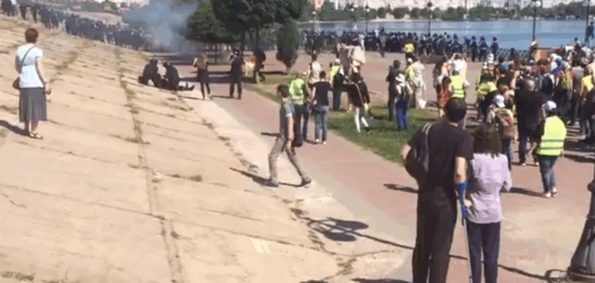 Куча дыма и крики: опубликовано видео драки на КиевПрайде