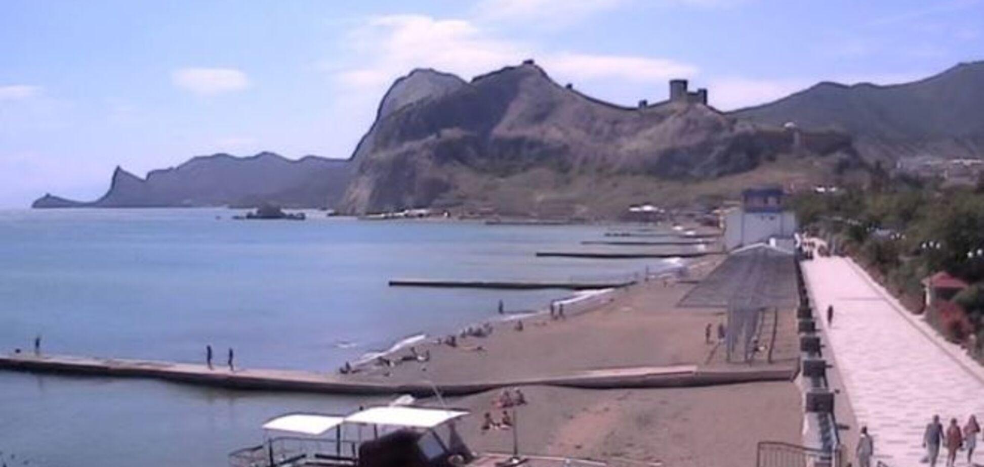 Бедненько и чистенько! Пляж в Судаке пустует в разгар лета: фотофакт