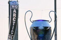 На финале Лиги чемпионов протестовали против 'Газпрома': фотофакт