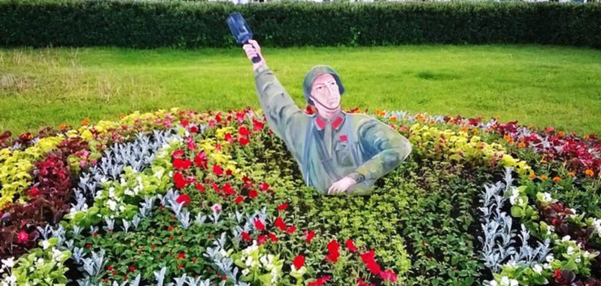 Шок и недоумение! В России из клумбы выпрыгивает солдат с гранатой: фотофакт
