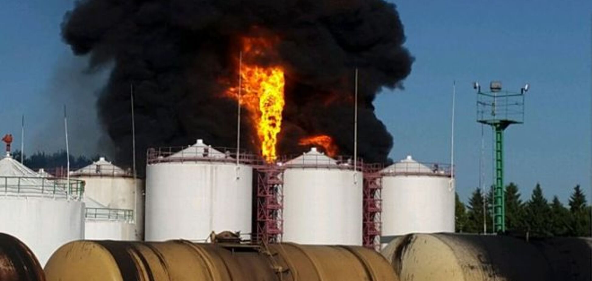 В Василькове вспыхнула нефтебаза: 4 резервуара с горючим в огне. Опубликованы фото