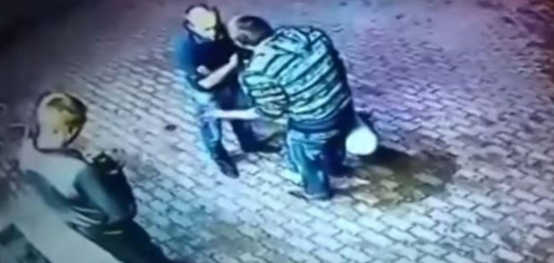 Пенсионер-боксер 'уложил' двоих хулиганов: видео нокаутов