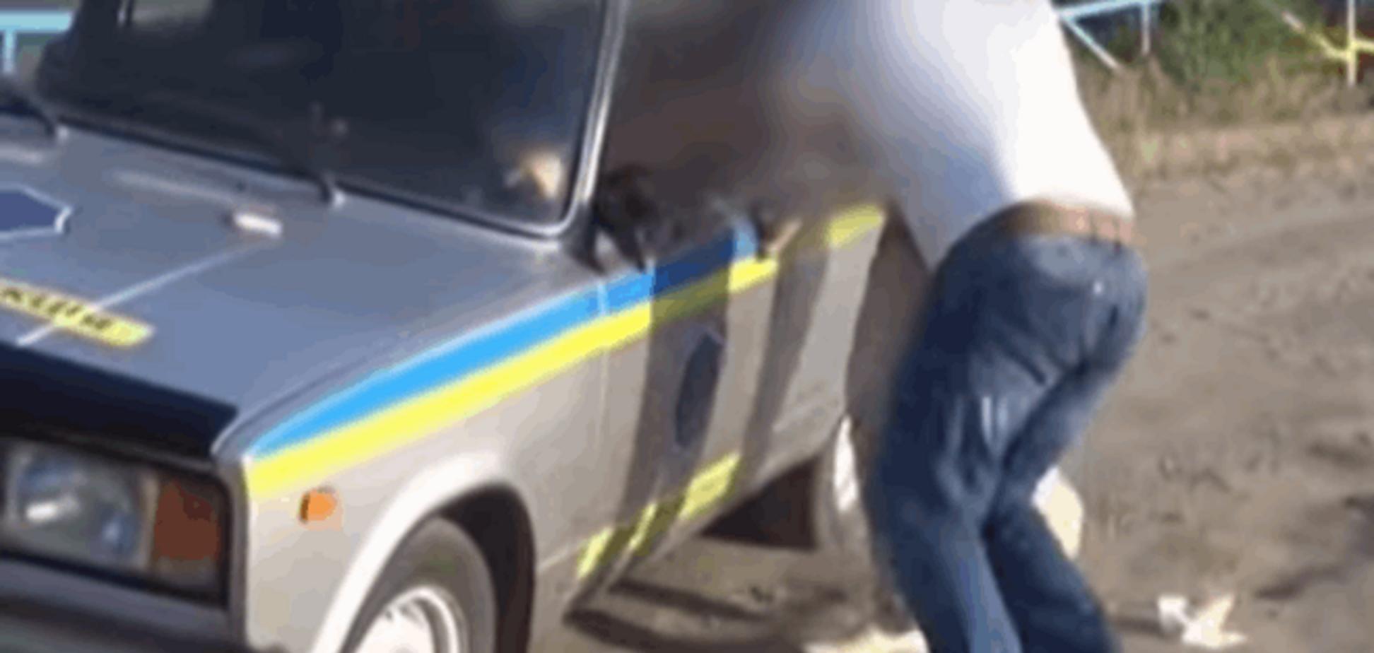 В Запорожье гаишник-взяточник обсыпал бегущих за ним сотрудников СБУ деньгами: забавное видео