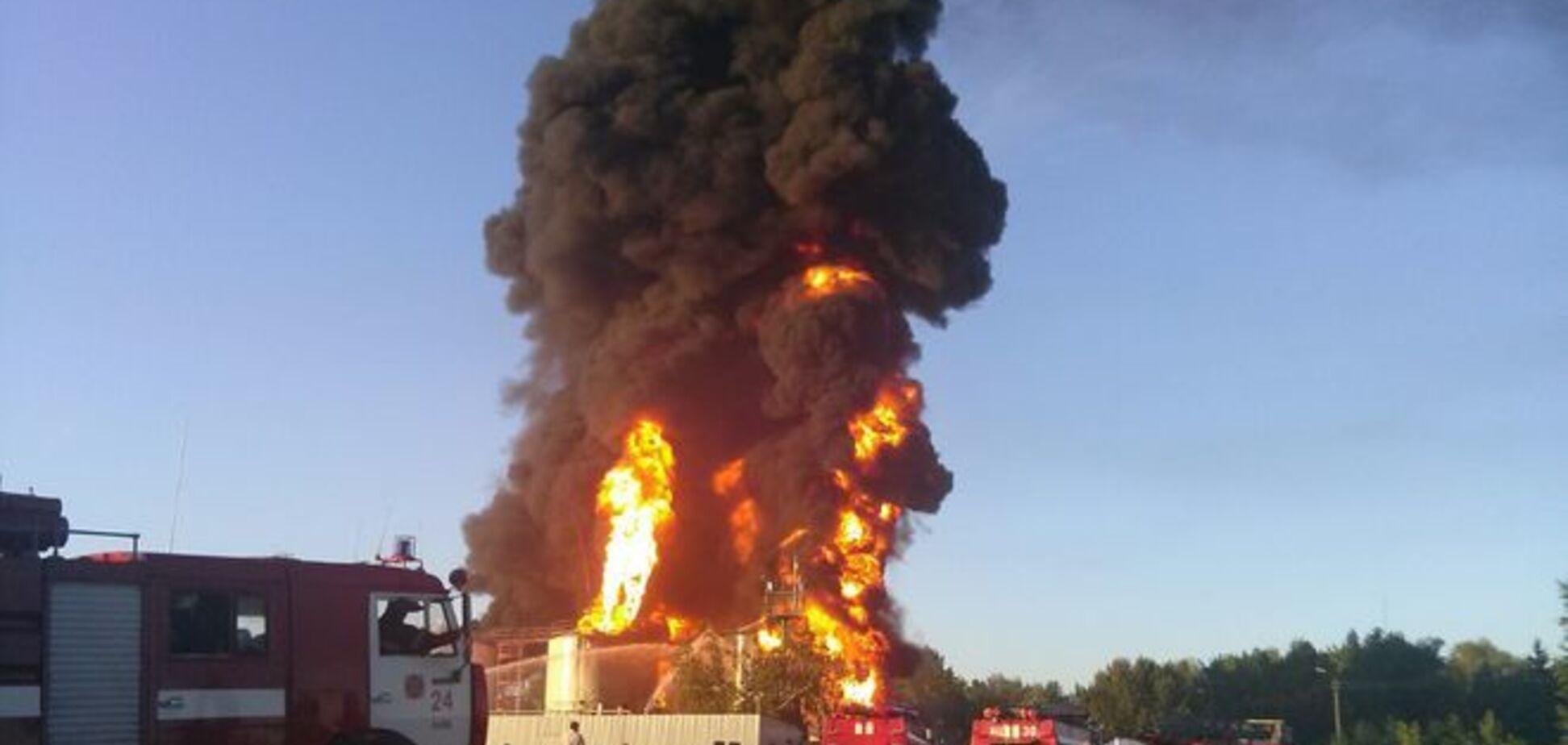 Пламя высотой с 9-этажку: опубликованы фото и видео масштабного пожара на нефтебазе в Василькове