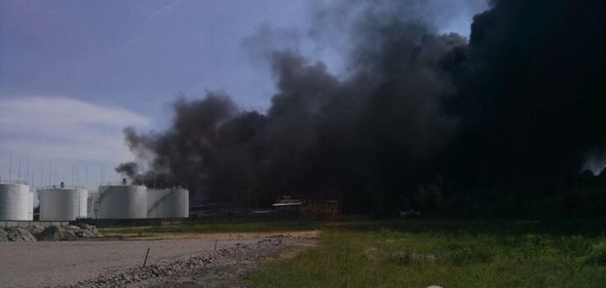 Огонь от пожара на нефтебазе в Василькове перебросился на лес