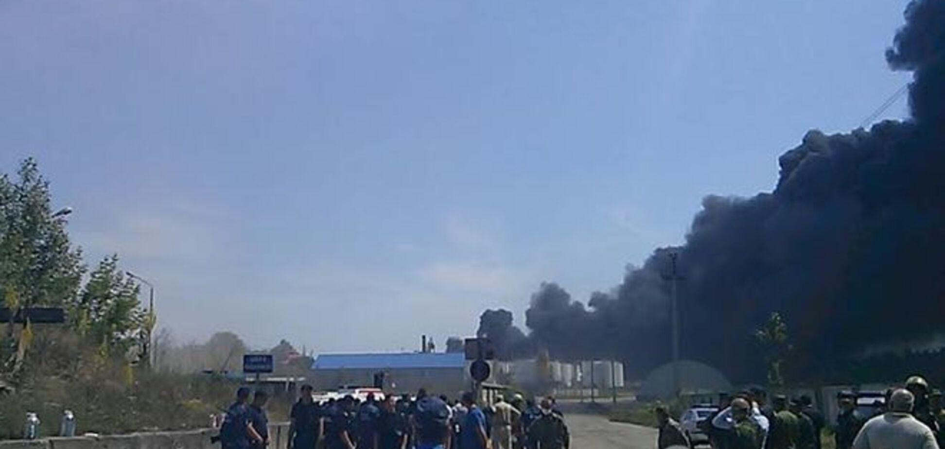 После взрыва на нефтебазе не выходят на связь трое спасателей