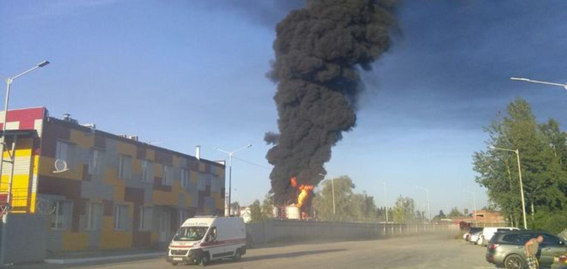 Пылает 7 резервуаров: последние подробности пожара в Василькове