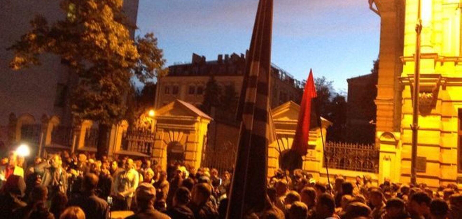 'Правый сектор' пикетирует АП из-за бойни в Мукачево: фоторепортаж