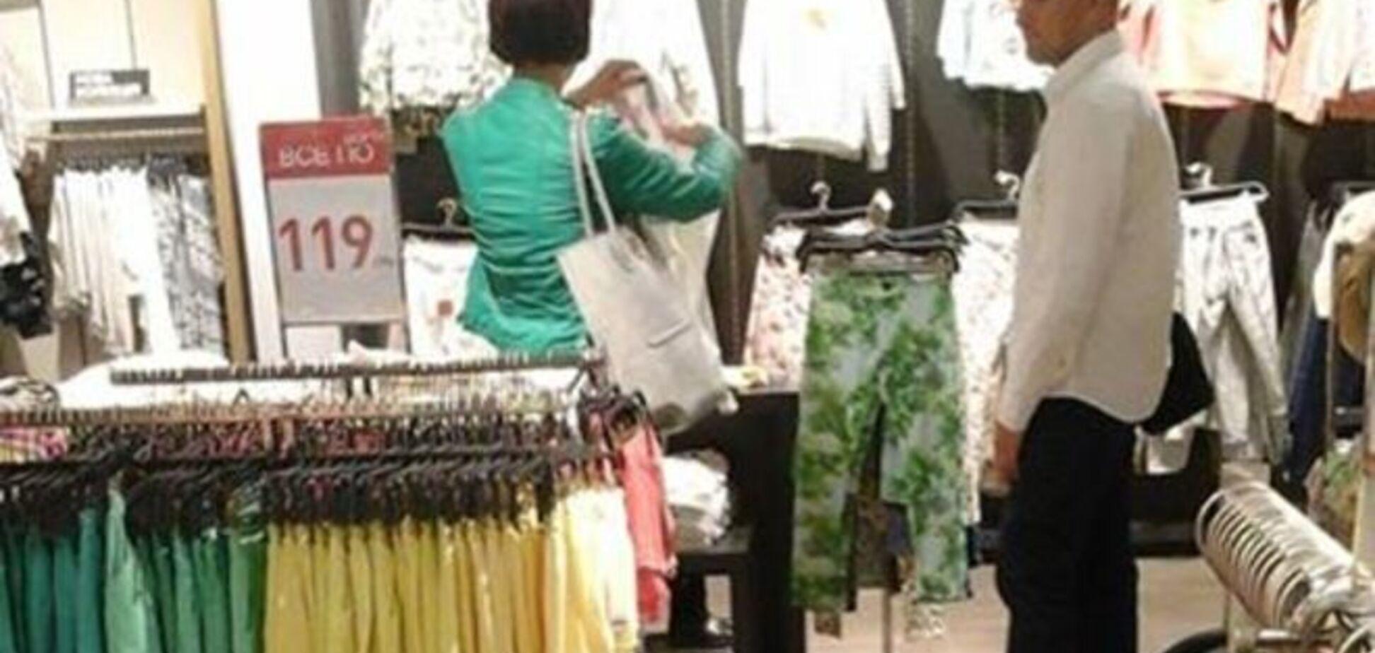 Они тоже экономят: жена Яценюка покупает вещи на распродажах. Фотофакт