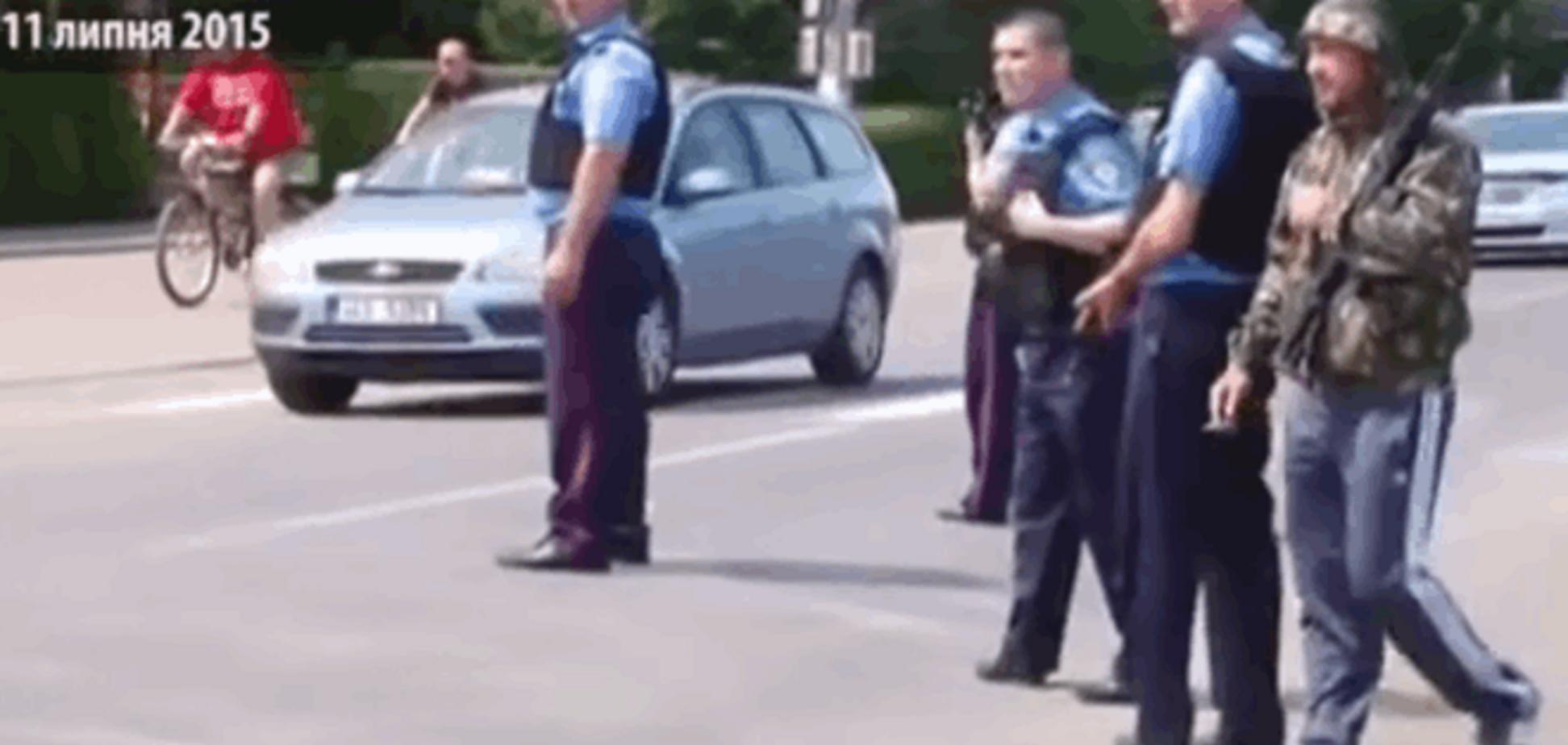 'Гопники' с автоматами. СМИ показали уникальные кадры из Мукачево