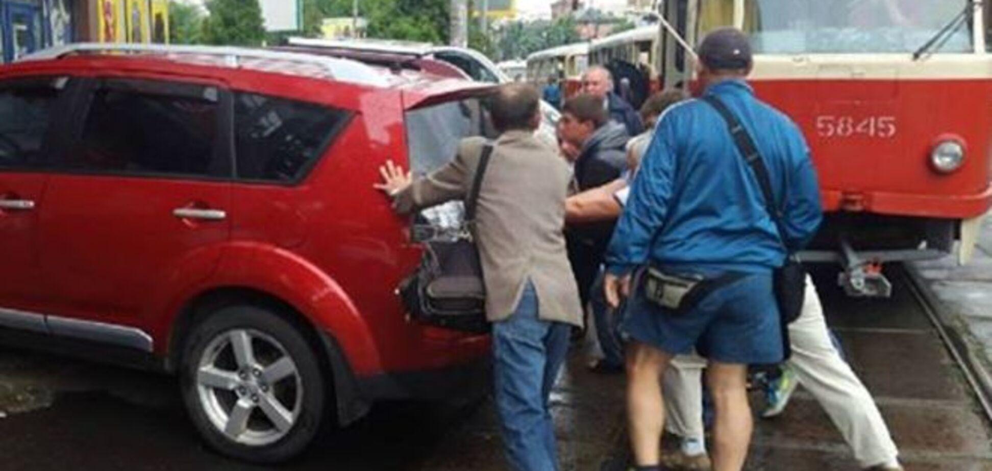 Нахабна 'героїня парковки' зупинила в Києві 5 трамваїв