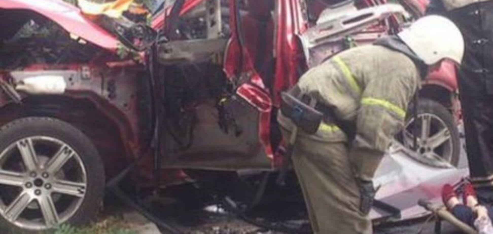 В Донецке посреди дороги взорвалось авто с женщиной внутри: опубликованы фото