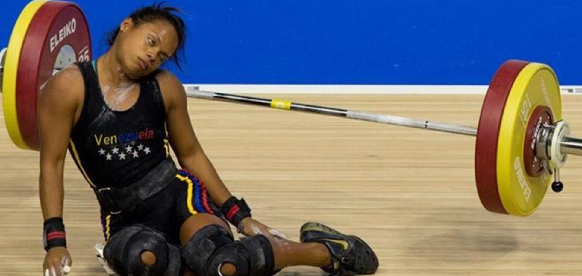 Спортсменка упала в обморок со 100-килограммовой штангой над головой