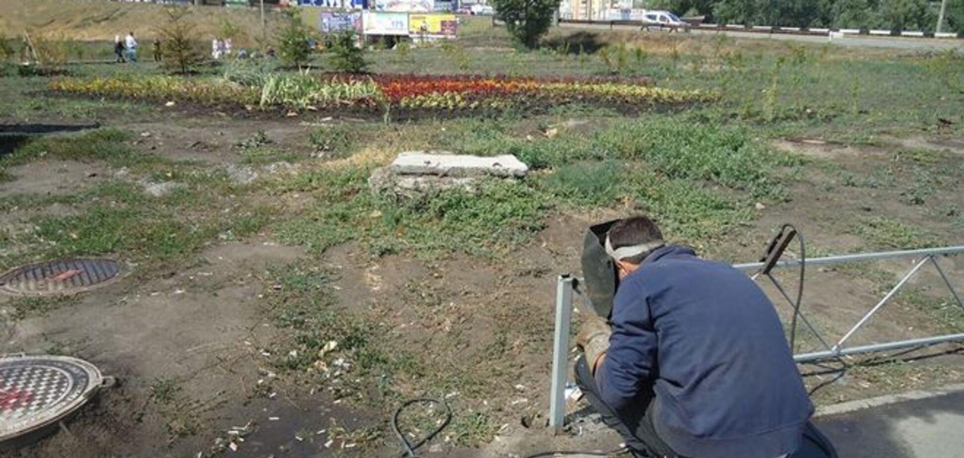 Территорию бывшей скандальной стройки на Осокорках оградили: фотофакт