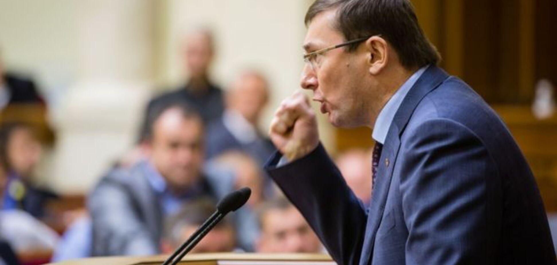 Луценко - супротивникам змін до Конституції: автомат у руки і на фронт