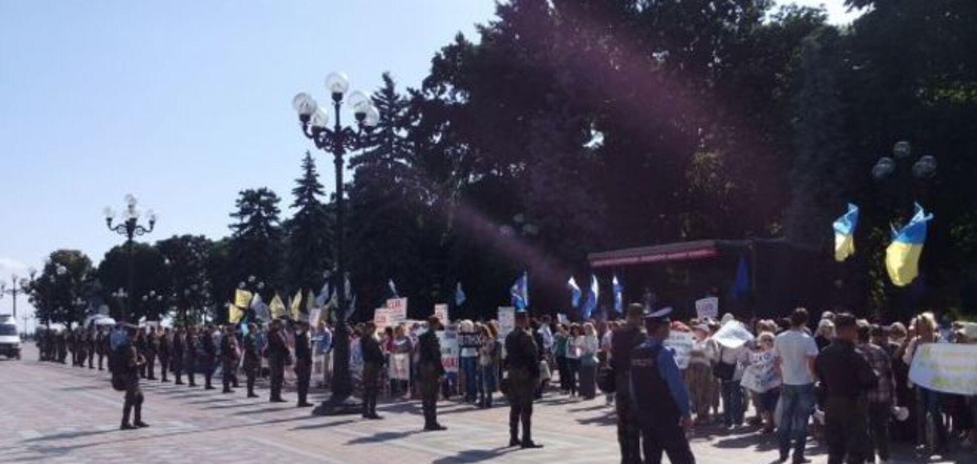 Під Радою проходять одразу три мітинги