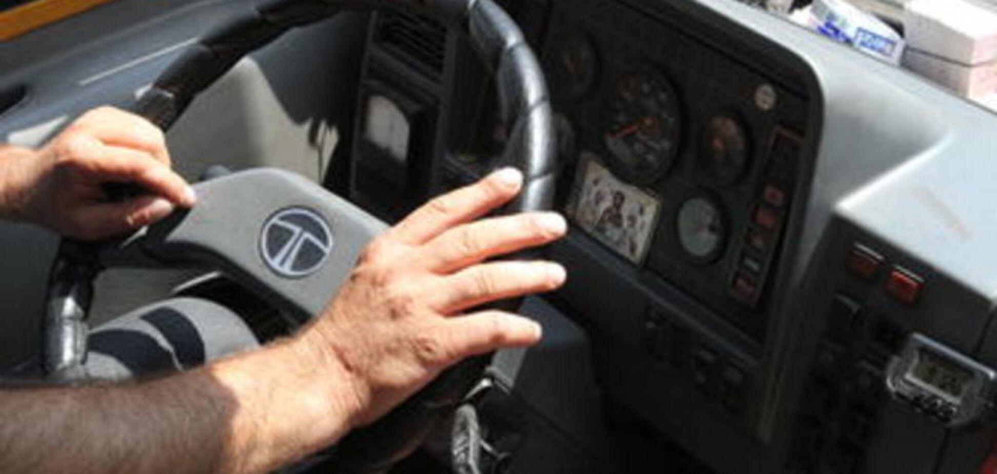 Вдарив по голові і порвав намисто: у Києві з маршрутки виштовхали 76-річну пенсіонерку