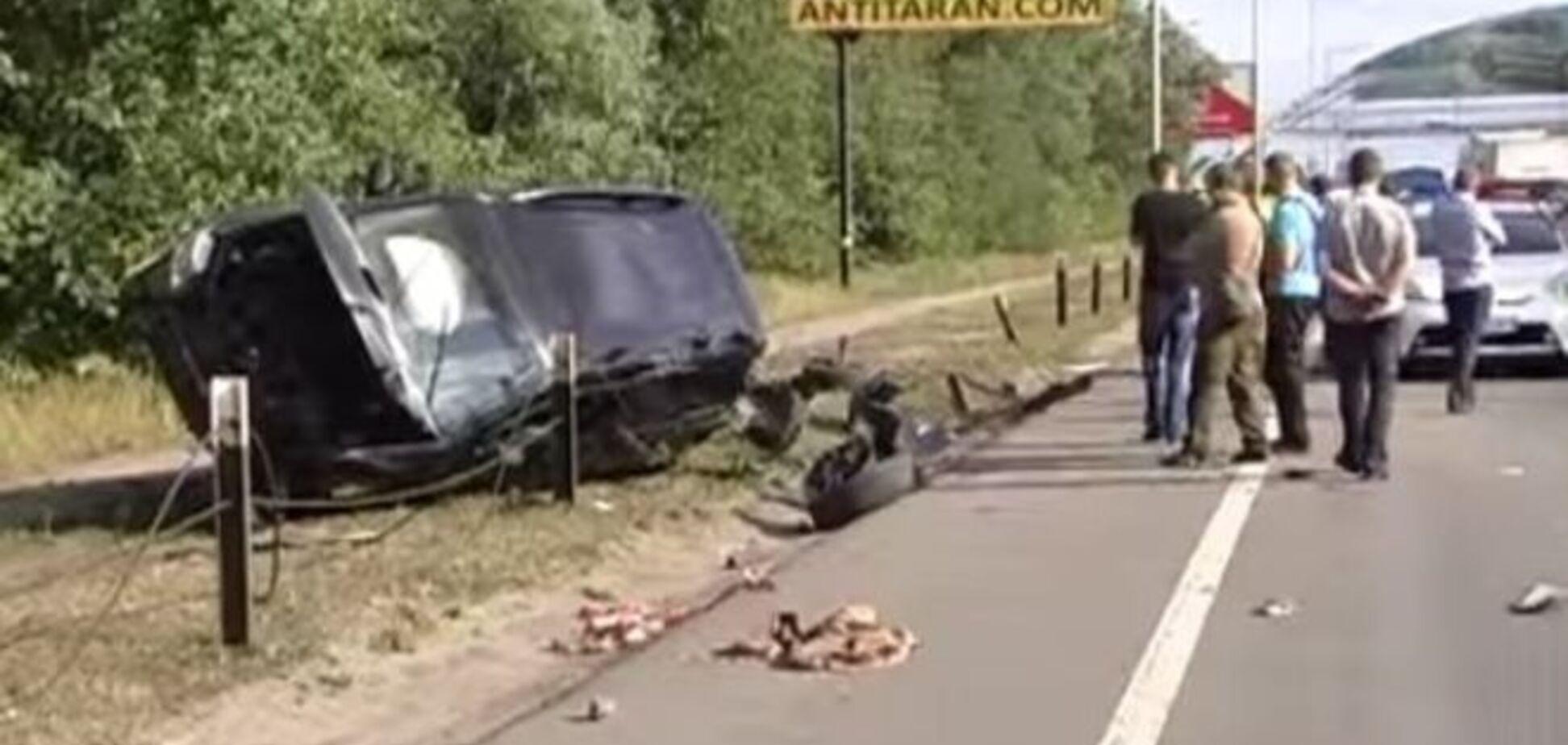 ДТП у Києві: позашляховик зніс відбійник і перекинувся