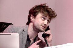 'Гарри Поттер' Рэдклифф устроился на работу в офис и облажался: новичок просто отстой