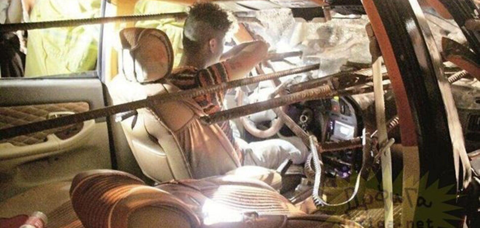 Водія в ДТП проткнуло величезною арматурою: моторошні фото
