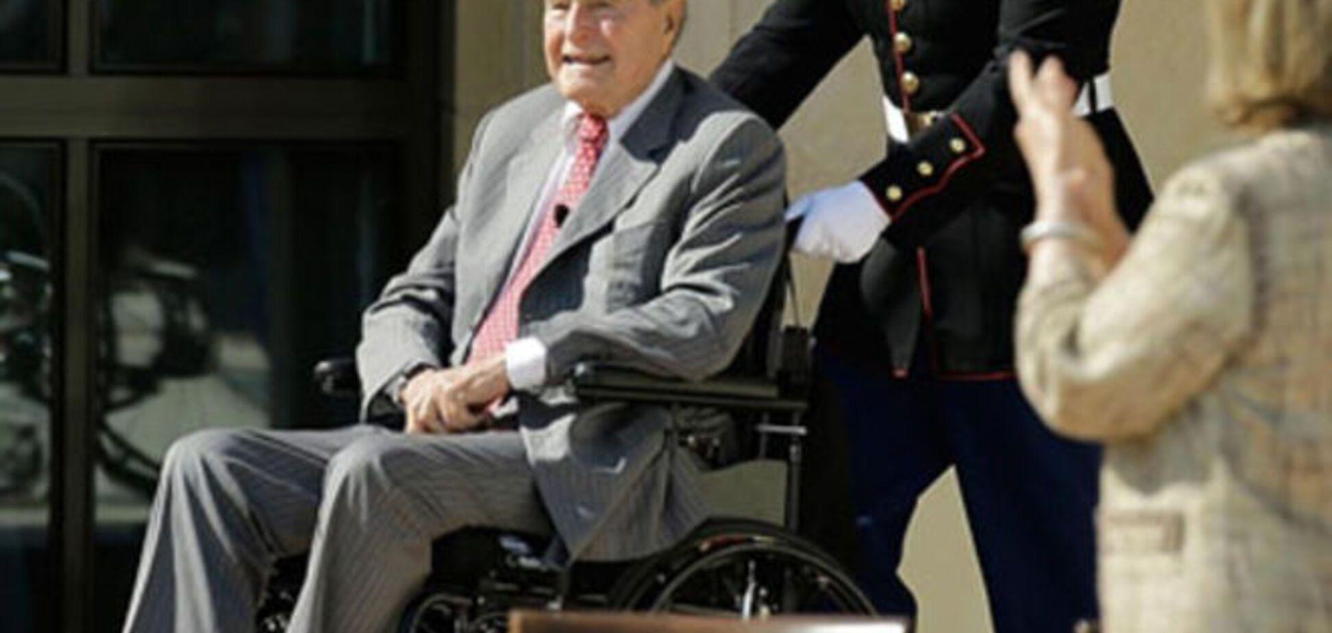 Джордж Буш упав і зламав шию