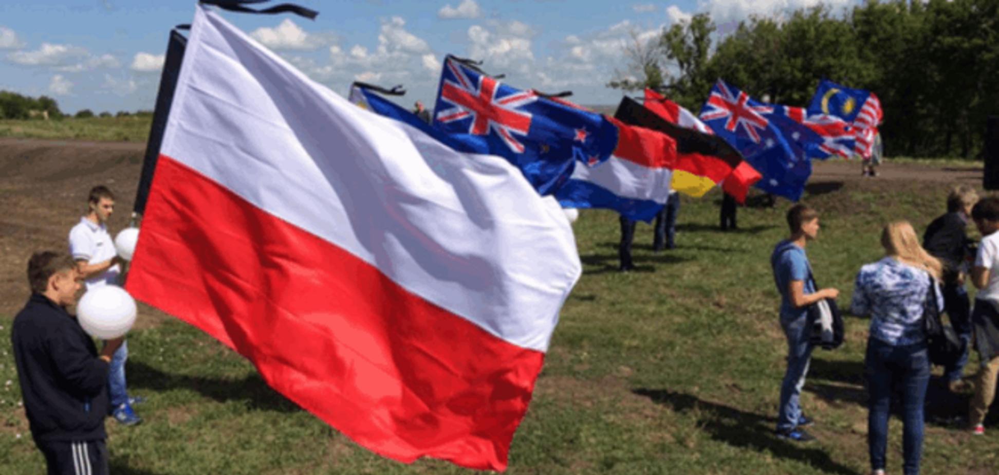 Новий конфуз. Терористи 'ДНР' переплутали прапори Польщі та Індонезії: фотофакт