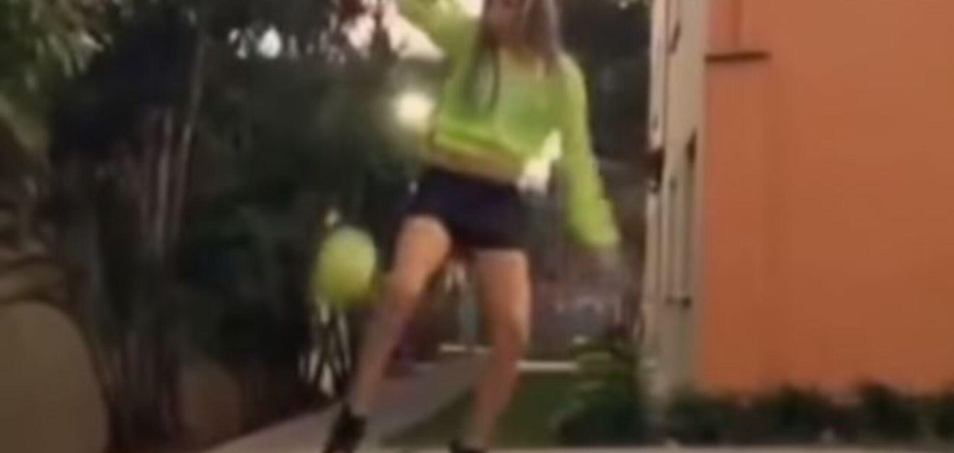 Блондинка на підборах робить це з м'ячем: шокуюче відео
