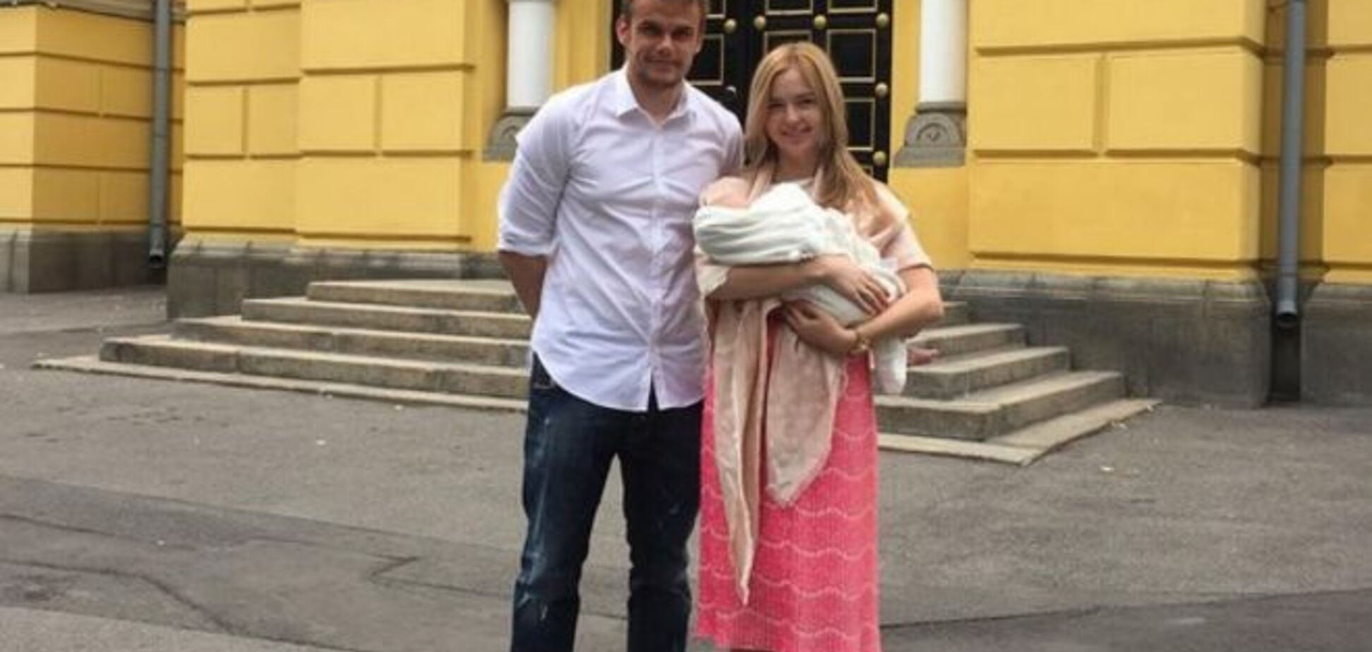 Футболіст 'Динамо' охрестив доньку у Володимирському соборі: фото малятка