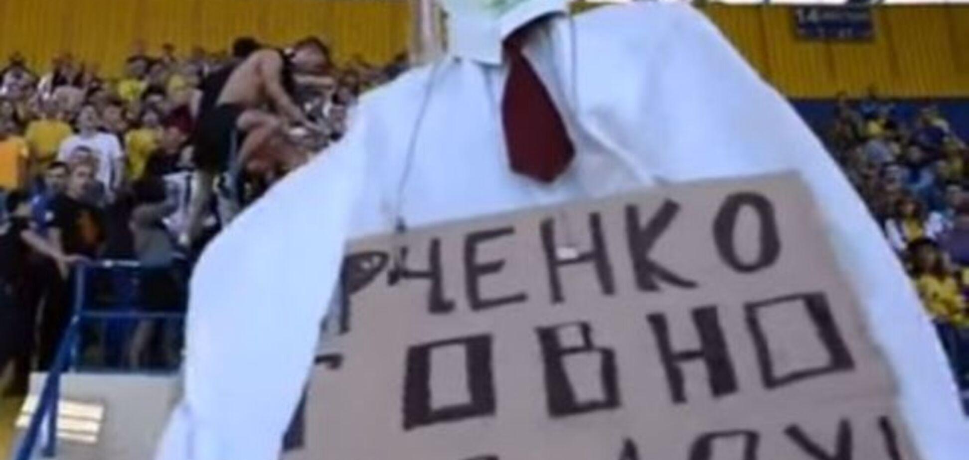 У Харкові 'спалили' президента 'Металіста': відео екзекуції
