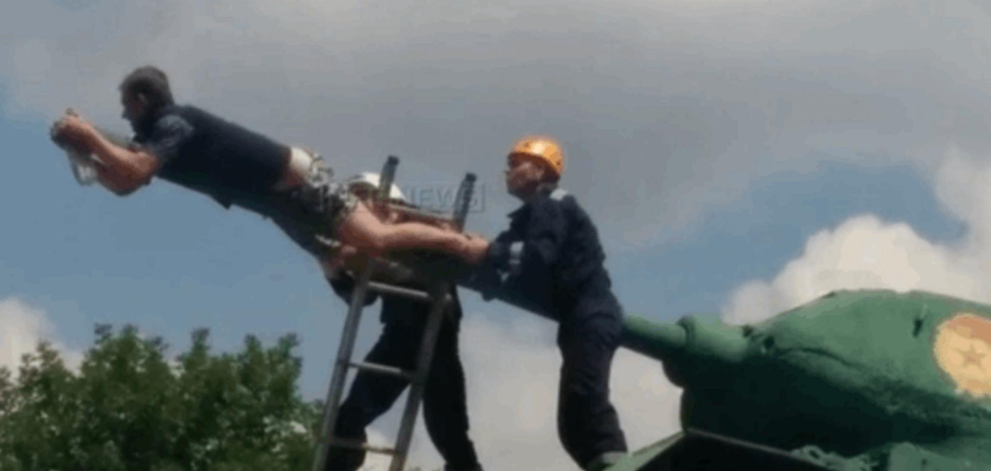'Дедывоевали'. Россиянин пытался повеситься на дуле советского танка Т-34: видеофакт