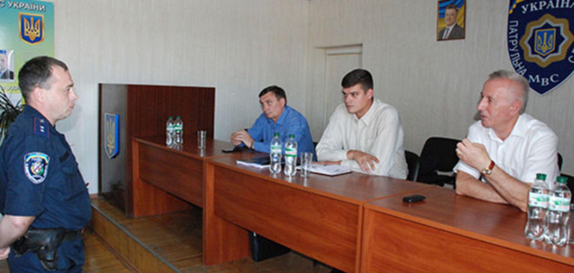У Дніпропетровську зі 'старих' міліціонерів вирішили зробити нових патрульних: фоторепортаж