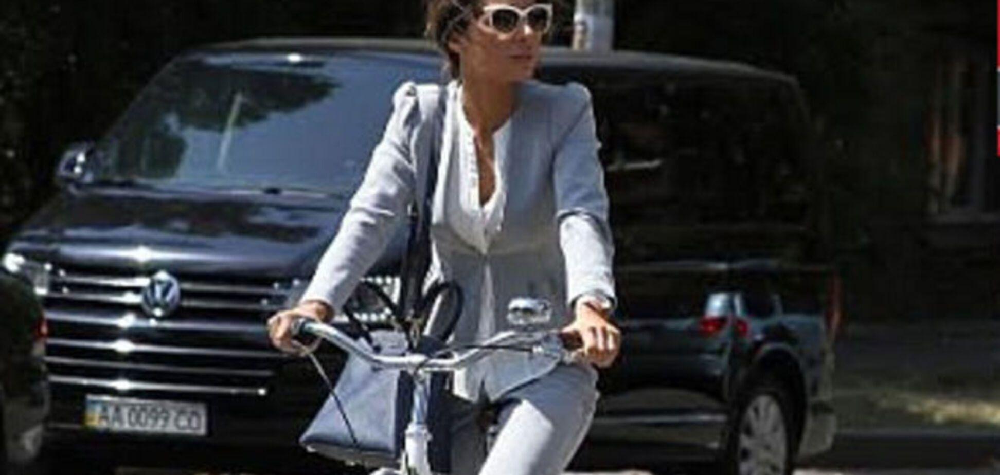 'Радикалка' Злата Огневич ездит в Верховную Раду на велосипеде