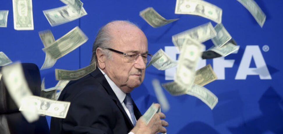 Президента ФИФА Блаттера засыпали пачками долларов: фото и видео