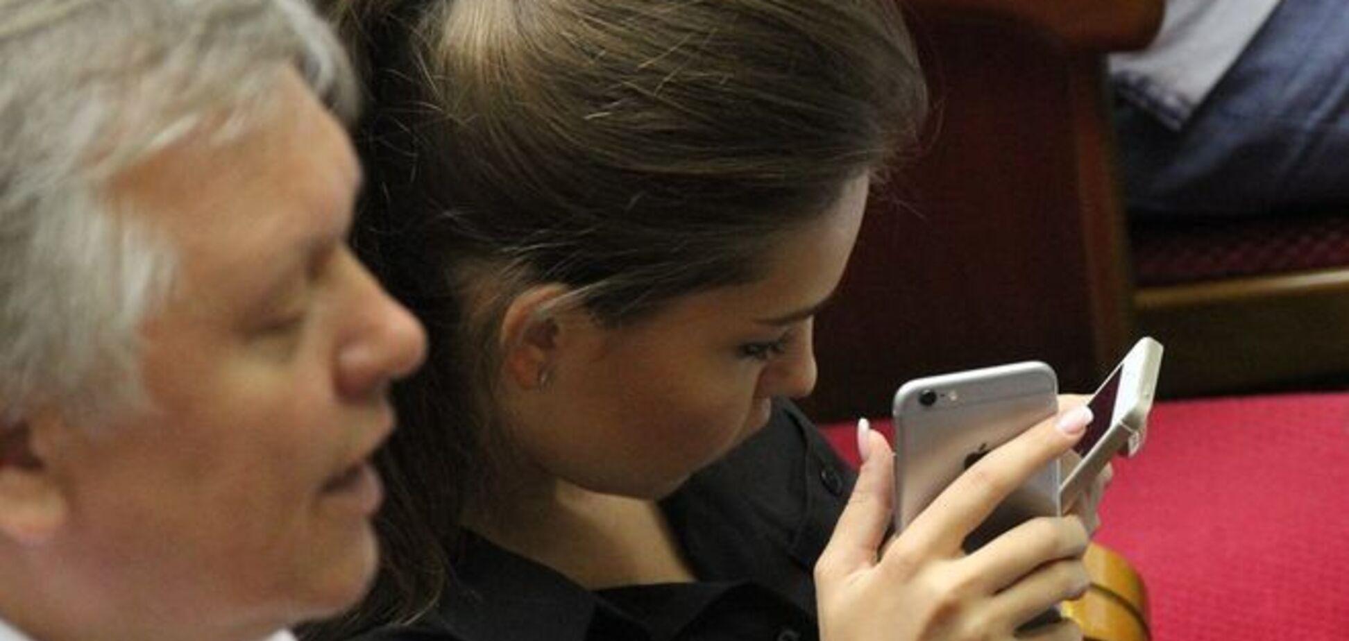 Гламурная депутат Кошелева скучала в Раде, глядя сразу в два айфона: фотофакт