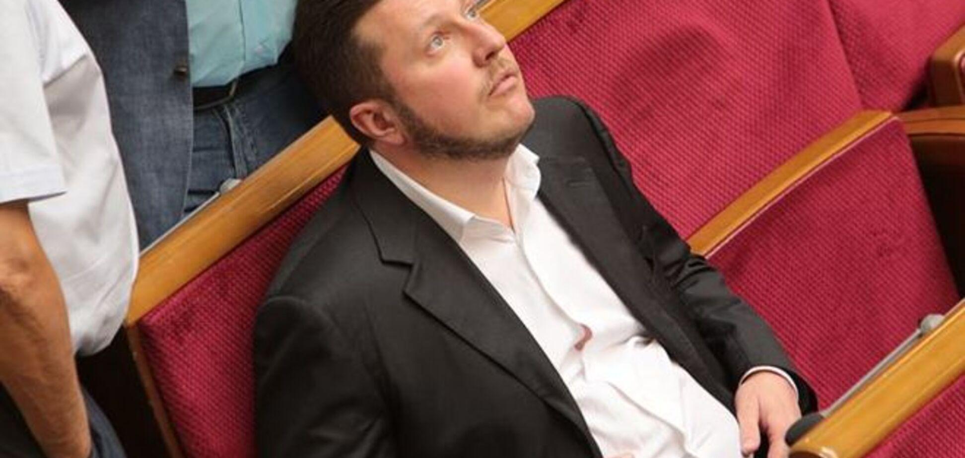 Нардеп Яценко 'плевал в потолок' в зале Рады: фотофакт