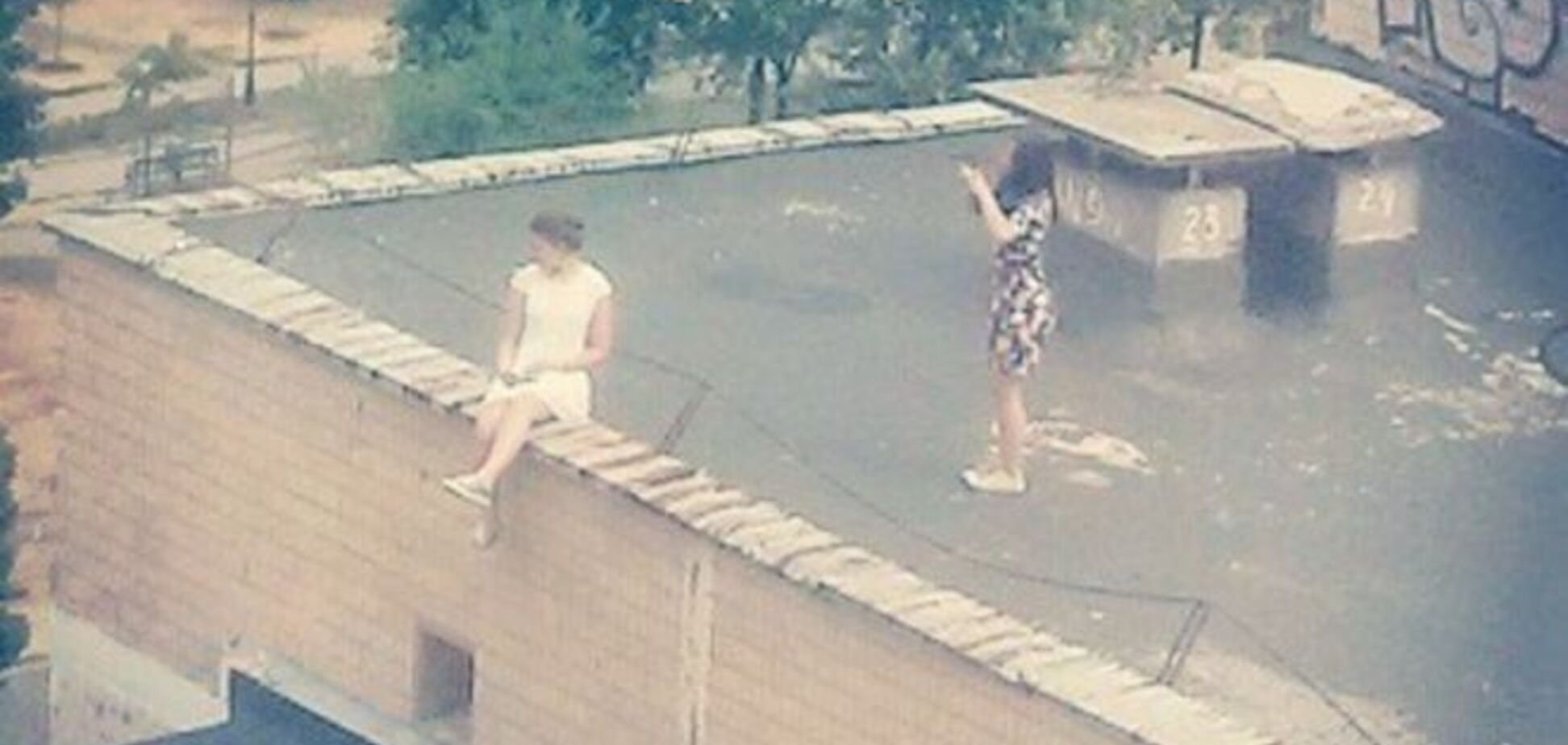 У Києві поліцейські зняли з даху висотки двох дівчат