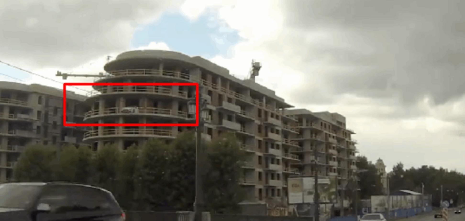 Росіянин припаркував Maserati на балконі 5-го поверху
