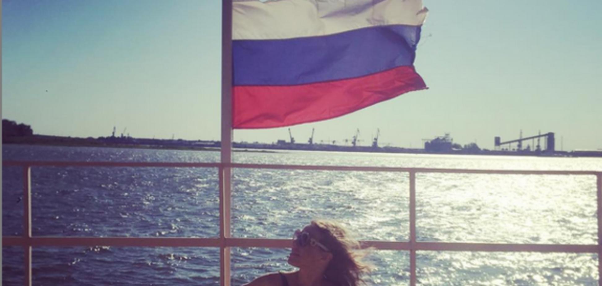 Обнаженная Собчак загорала в тени флага России: фотофакт