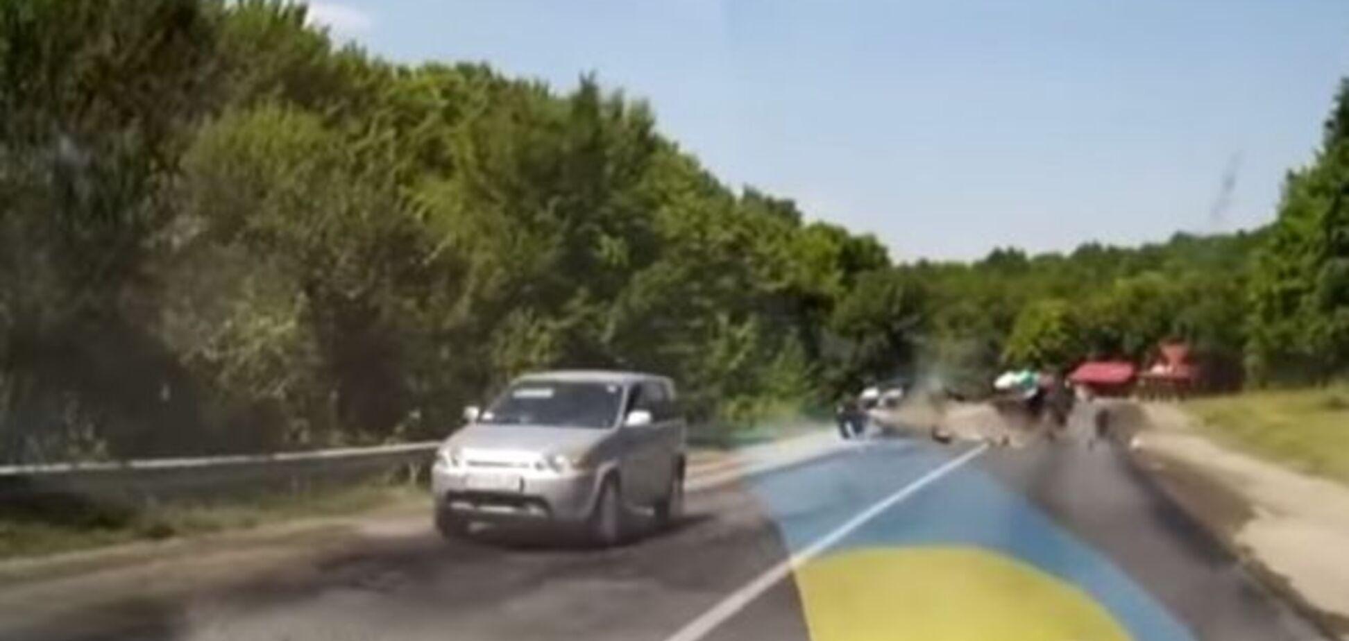 Женщина выжила, попав в жуткое ДТП на 'тещином языке': видео аварии