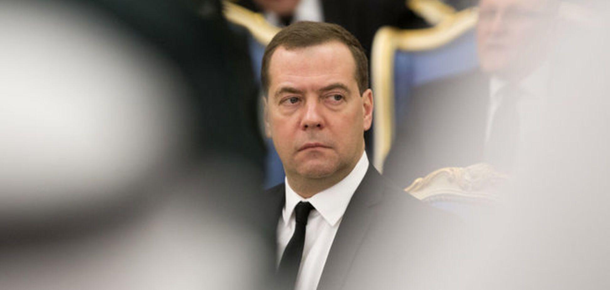 Медведев смирился, что России придется жить под санкциями США